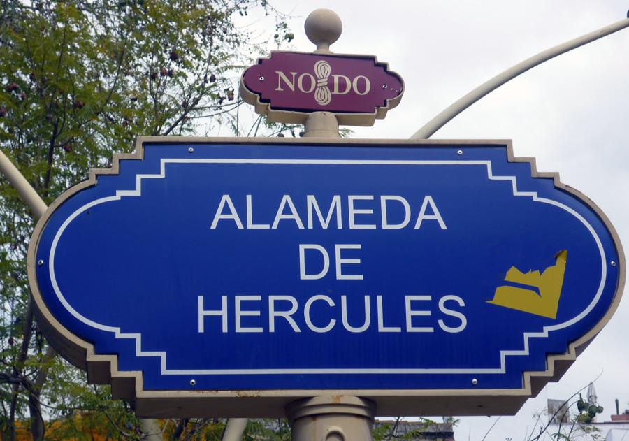 Die Alameda de Hercules hat einen unverkenntlichen Künstlercharakter, welcher in keiner anderen Gegend der Stadt so ausgeprägt ist. Diese sehr lebendige, zentral gelegene Zone in Sevilla, erwacht eigentlich erst nach Einbruch der Dunkelheit so richtig. Es gibt zahlreiche Bars und Restaurants. Vom ruhigen Frühstück bis zum Absacker spät in der Nacht ist dort alles möglich. Zahlreiche Volksfeste und Kunstveranstaltungen finden dort statt. La Cabalgata (Januar), die Fiesta de Carnaval (Februar), Semana Santa (Karwoche), La Noche de San Juan (Juni)  etc. Aber auch Demonstrationen und Theateraufführungen unter freiem Himmel sowie Konzerte finden hier statt.