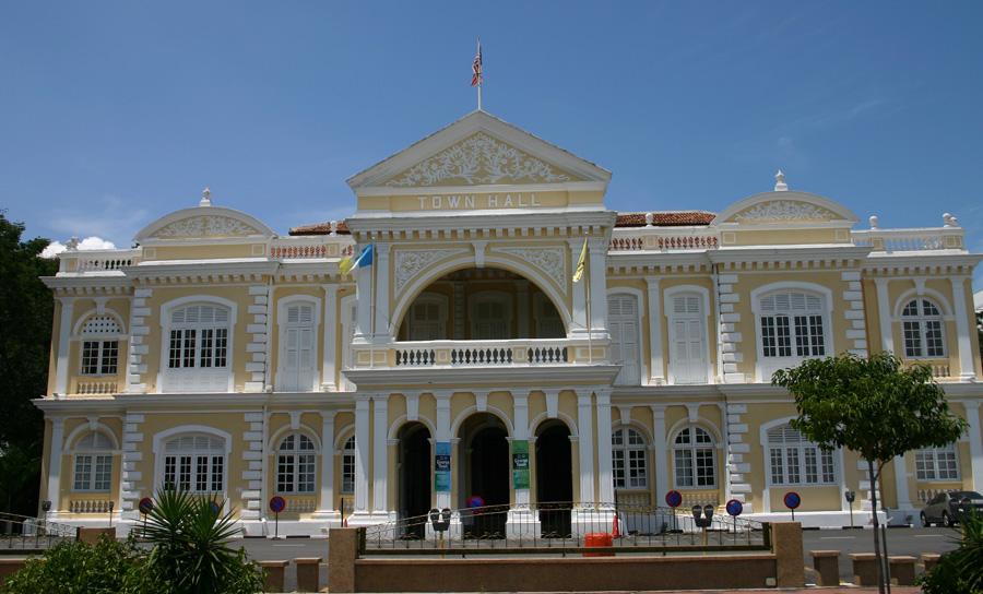 Penang City Hall. Prächtige viktorianische Architektur. Auch unter dem Namen Dewan Bandaraya bekannt. Das Rathaus wurde 1903 erbaut und drei Jahre später eingeweiht.