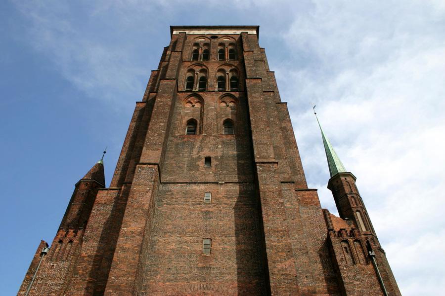 Die Marienkirche  ist eine der größten Backsteinkirchen der Welt und zugleich eines der größten Gotteshäuser Europas. Sie ist 105,5 Meter lang, die Breite des Querschiffs beträgt 66 Meter. Im Innenraum der Kirche finden bis zu 25.000 Menschen Platz. Die Anfang des 16. Jahrhunderts gebaute Kirche war vor 1945 evangelisch, seit 1945 ist sie katholisch.