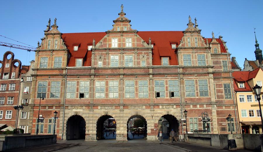 Das Grüne Tor (polnisch: Brama Zielona) befindet sich zwischen dem Langen Markt (Długi Targ), dessen östlichen Abschluss es bildet, und der Mottlau (Motława). Es wurde von 1564 bis 1568 im flämischen Manierismus erbaut und ist der Nachfolgerbau des Koggentors aus dem 14. Jahrhundert. Das Gebäude erhielt seinen Namen, weil seine Fassade grün gestrichen war. Ursprünglich war es als Stadtresidenz für die polnischen Könige vorgesehen. Nach seiner Zerstörung im Zweiten Weltkrieg wurde das Tor wieder aufgebaut. 2002 kam es zu einem Teileinsturz, der mittlerweile behoben ist.