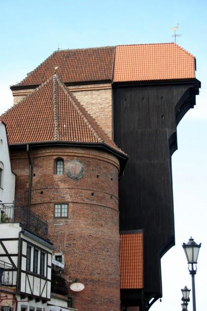 Das Krantor (polnisch: Brama Żuraw) ist ein historisches Stadttor aus Backstein und Holz mit einer doppelten Kranfunktion. Es ist das bekannteste Wahrzeichen der Stadt. Schon 1363 wurde ein doppelturmiger Torvorgängerbau mit Holzkonstruktion errichtet, der die Rechtstadt zum Fluss Mottlau abschloss und als Hebewerk fungierte. 1442 wurde es fast komplett zerstört und  1442–44 in seiner bekannten Gestalt neu errichtet. 1945 brannte die hölzerne Konstruktion des Krantors ab. Auch die Elemente aus Stein wurden stark beschädigt. Das imposante Gebäude wurde in den Jahren 1957–59 rekonstruiert und ist seit mehr als 50 Jahren ein Teil des Schifffahrtsmuseums.