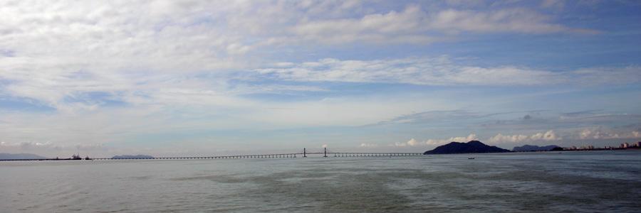 Die Penang Bridge (malaiisch: Jambatan Pulau Pinang) ist eine 13,5 Kilometer lange Schrägseilbrücke, deren Bau  1980 begonnen und am  14. September 1985 vollendet wurde. Die Brücke ist für sämtliche Fahrzeuge gebührenpflichtig, wobei man aber nur auf dem Weg in Richtung Penang die Maut bezahlen muss.