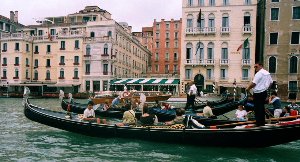 """Venedig versucht, Gondeltouren sicherer zu machen: """"Frankfurter Rundschau"""" Bei einem Gondelunfall starb vor knapp zwei Jahren ein Mann aus Tübingen. Seitdem sollen die Wasserstraßen in Venedig sicherer werden. Viele Gondoliere sehen die strengen Regeln kritisch."""