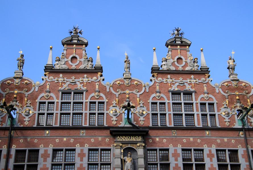 Das Große Zeughaus (polnisch: Wielka Zbrojownia) wurde zwischen 1600 und 1609 erbaut und diente lange als  Waffenarsenal. Die Fassade am Holzmarkt zieren vier Giebel, die Frontseite zur Jopengasse (Foto) zieren zwei Giebel, an die sich zwei Türme anschließen.  Bronzeplastiken von explodierenden Kanonenkugeln zieren die Spitzen der Giebel. Das Gebäude wird derzeit  von der Danziger Kunsthochschule genutzt.