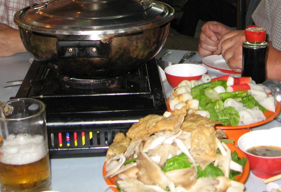 Probieren lohnt: Steamboat (Feuertopf) ist eine Art chinesisches Fondue. Man legt Fleischstreifen Geflügel, Rind), vielerlei Gemüse, Fisch und Meeresfrüchte in eine kochende Brühe oder kochendes Wasser.