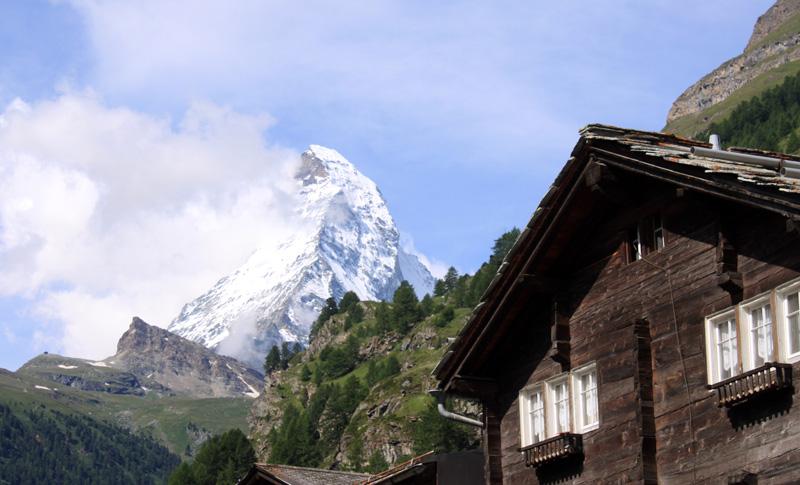 """Zermatt feiert den König der Alpen: """"Frankfurter Rundschau"""" Die Schweizer haben Anlass zum Feiern: Vor 150 Jahren wurde das Matterhorn zum ersten Mal von Menschen bestiegen. Bis heute fasziniert der Berg zahlreiche Touristen. Zum Jubiläum gibt es nun ein Theaterstück."""