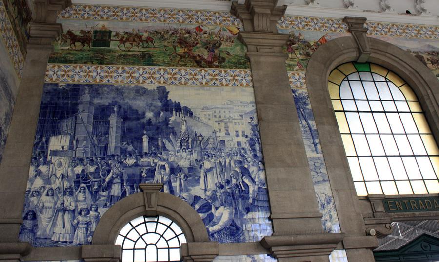 Unbedingt ansehen: Die mit Azulejos (Keramikfliesen) prächtig ausgestattete Vorhalle des Bahnhofs São Bento.