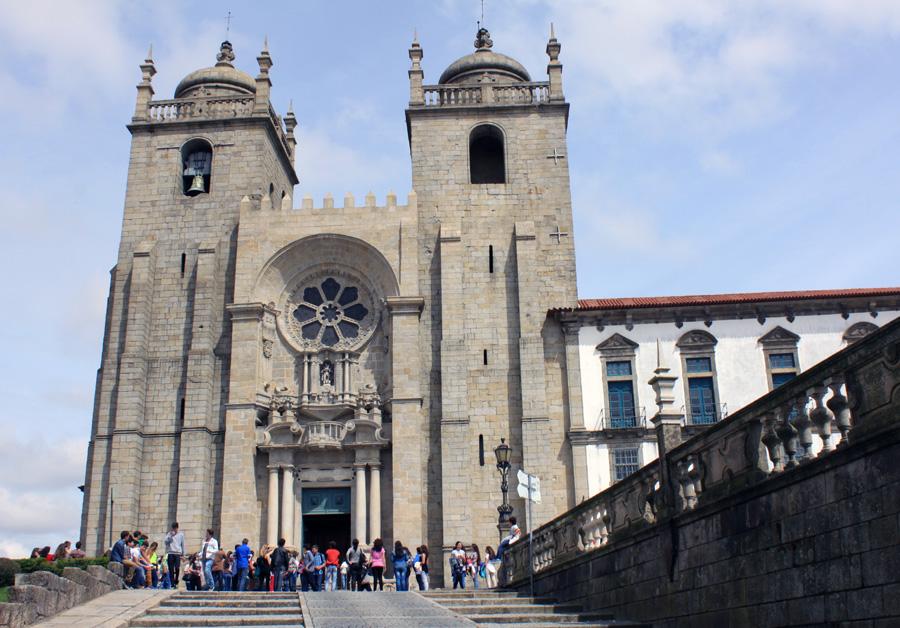 Die Kathedrale von Porto (Sé do Porto) ist die Hauptkirche der Stadt und  liegt auf einem Hügel in der Altstadt. Anfang des 12. Jahrhunderts wurde der Bau im romanischen Stil begonnen. Aus dieser Zeit sind die Doppelturmfassade mit Rosettenfenster und das Langhaus erhalten. Der gotische Kreuzgang wurde zwei Jahrhunderte später errichtet. Das Äußere der Kathedrale wurde dann zur Zeit des Barock und Rokoko tiefgreifend umgestaltet.