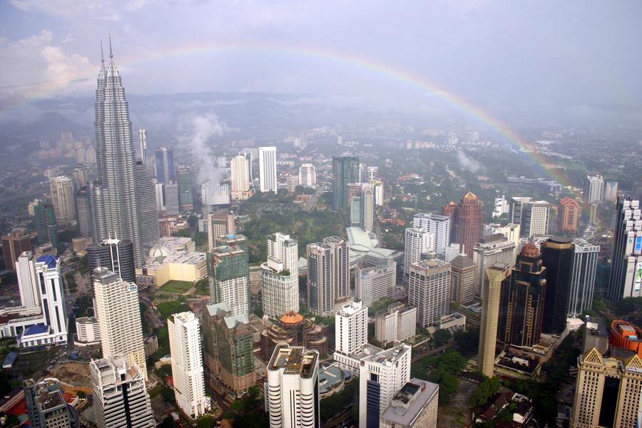 Blick auf die Metropole vom  Menara Kuala Lumpur, der  mit 421 Metern der höchste Fernsehturm Malaysias und der siebthöchste der Welt ist.