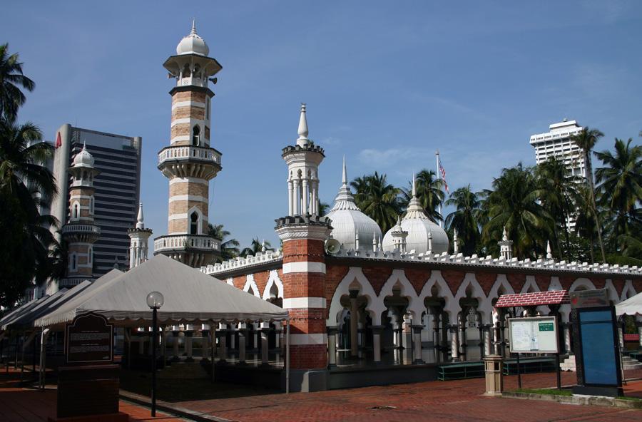 """Die im Jahr 1909 erbaute Jamek Moschee – unter den Einheimischen besser bekannt als """"Masjid Jamek"""" – ist die älteste Moschee der Stadt. Die in der Nähe befindliche moderne Masjid Negara ist die Nationalmoschee von Malaysia. Sie fasst 15.000 Gläubige."""