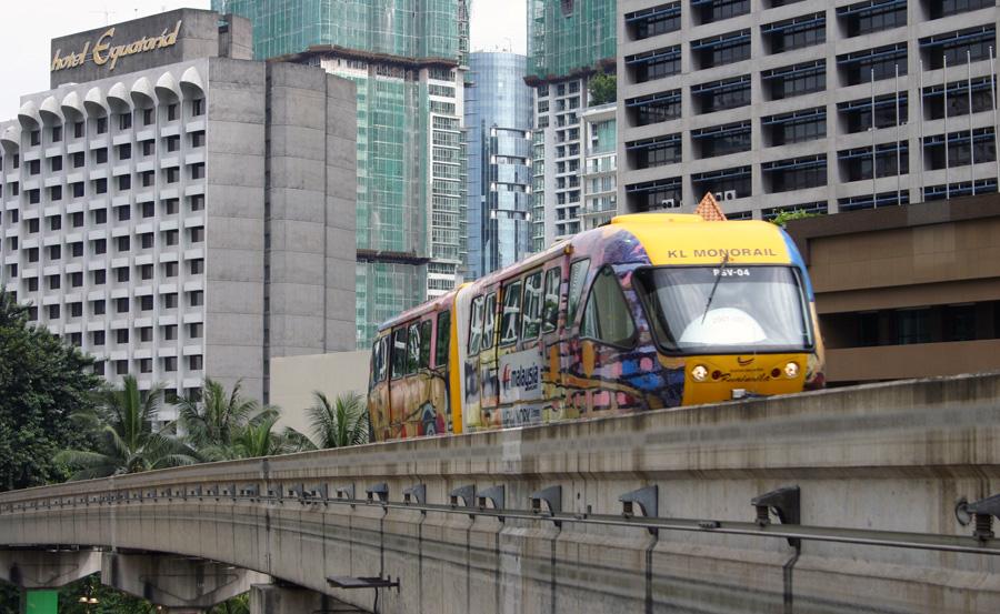 Kuala Lumpur  wird von mehreren Zuglinien durchzogen, die teilweise auch unterirdisch geführt werden. Dazu gehört u.a. die Monorail (Foto). Ferner verfügt die Metropole über ein effizientes Bussystem. Fahrten mit dem Taxi sind vergleichsweise preiswert, man sollte aber stets darauf bestehen, dass das Taxameter eingeschaltet wird!
