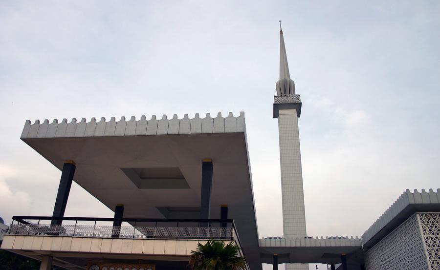 Die zentral gelegene moderne Masjid Negara ist die Nationalmoschee von Malaysia. Sie fasst 15.000 Gläubige.