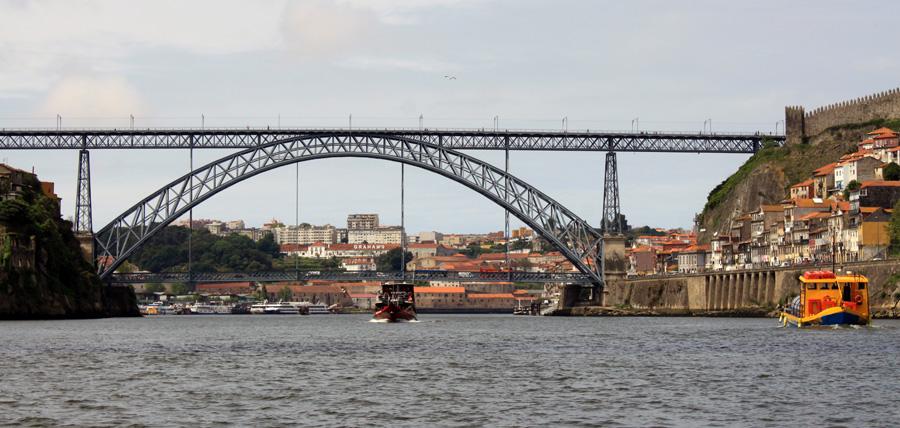 Die Ponte Luís I dominiert die Skyline von Porto und erinnert nicht ganz zufällig an den Eiffelturm. Denn es war ein Schüler von Gustave Eiffel, der diese grandiose Brücke entwarf. Auf zwei Etagen fahren Autos und Straßenbahn zum jeweils anderen Flussufer.