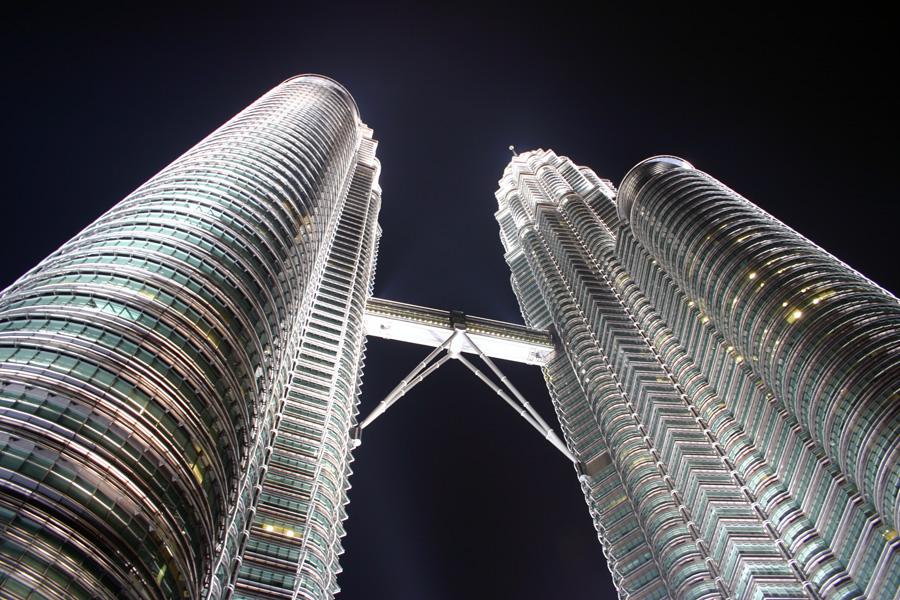 Die Petronas Towers überragen mit 452 Metern Höhe die gesamte Stadt. In 172 Metern Höhe (zwischen dem 41. und 42. Stock) sind beide Türme mit einer  sogenannten Skybridge verbunden. Die Brücke ist seit dem Jahr 2000 für die Öffentlichkeit zugänglich.