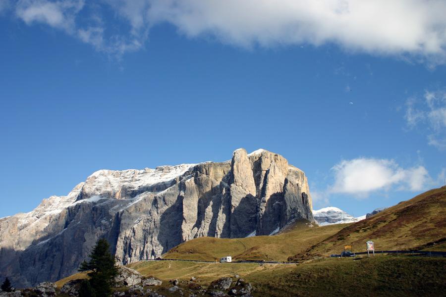"""Südtiroler Hüttentour: """"Der Spiegel""""Murmeltiere, Alpenrosen, Kuhglocken und ein atemberaubendes Panorama - das macht Bergwanderer glücklich. In der Südtiroler Geislergruppe gibt es all das, und eine viertägige Hüttentour ist auch für Anfänger geeignet."""