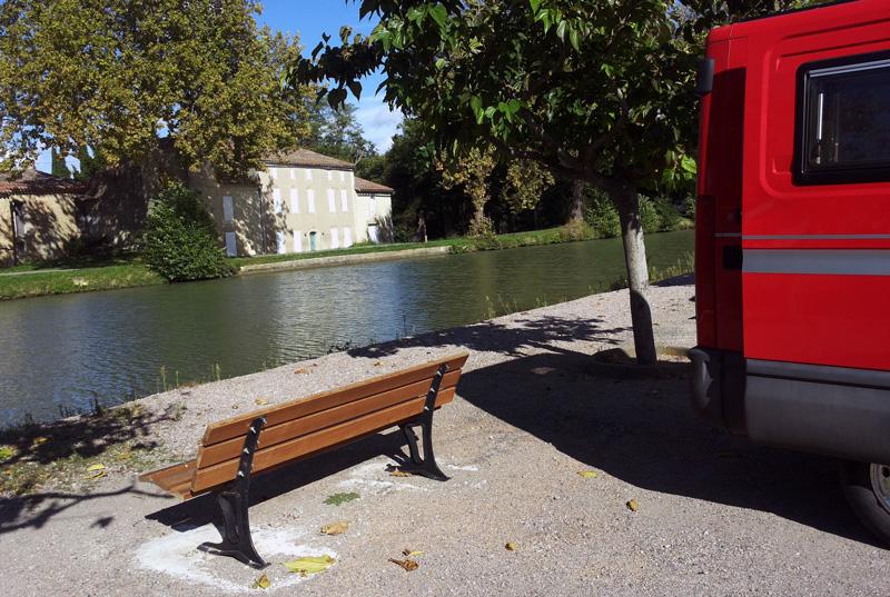Auch größere Wohnmobile finden in der Nebensaison am Canal du Midi einen Stellplatz - kleinere sowieso.  Schöne Aussicht und Restaurantion sind oftmals inbegriffen.  Von Massen keine Spur! Mehr als sechs bis sieben Fahrzeuge passen selten nebeneinander.