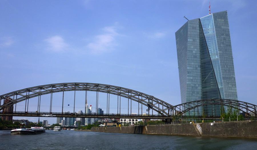 Das jüngste architektonische Schandmal: Die Zentrale der Europäischen Zentralbank. Ein Koloss aus Stahl, Beton und Glas. Zwei ineinander geschlungene Türme kosteten 1,2 Milliarden Euro!