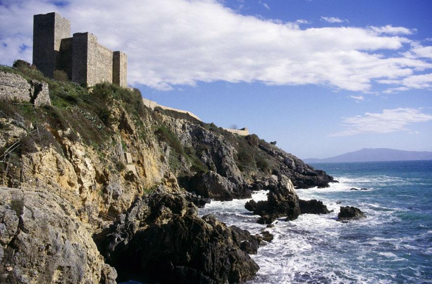 """Wein und Käse in den Höhlen der Vorfahren: """"Die Welt"""" So beliebt die Toskana bei Urlaubern ist, sie hat auch eine unberührte Seite: die Maremma. Die Natur ist hier karger, dafür erwarten Besucher mittelalterliche Städtchen und interessante Felsbauten."""