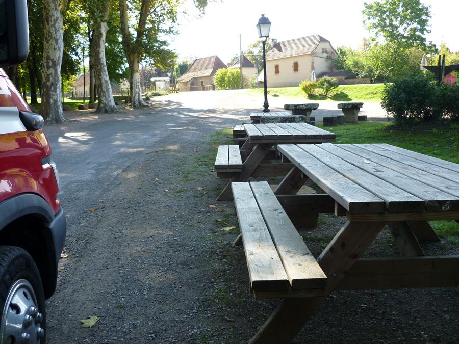 Solche Picknickplätze gibt es zuhauf auf dem Lande in Südfrankreich.  oftmals mitten im ort. Dann sind in der Regel auch sanitäre Einrichtungen und Entsorungsmöglichkeiten gegeben.  Sofern es nicht ausdrücklich verboten ist, kann man dort auch über Nacht bleiben.