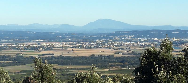 Unterwegs bietet sich ein toller Ausblick in Richtung Mont Ventoux, leider ist die Sicht nicht 100%ig klar. Aber immerhin.