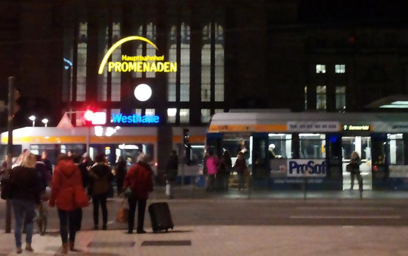 Der Hauptbahnhof ist der bedeutendste Bahnhof von Leipzig. Der Kopfbahnhof hat 21 Bahnsteiggleisen und ist mit einer Grundfläche von 83.640 Quadratmetern der flächenmäßig größte Kopfbahnhof Europas.