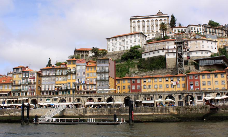 """Acht schöne, kleinere Städte in Europa: """"Frankfurter Rundschau"""" Es muss nicht immer London oder Madrid sein. Wie wäre es mit Porto (Foto) statt Lissabon? Auch in Salisbury oder Segovia kann man toll Urlaub machen. Acht Alternativen zu den großen Touristen-Metropolen in Europa."""