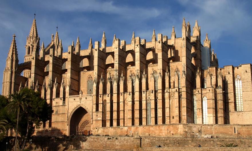 """Palma ist dabei, Barcelona Konkurrenz zu machen: """"Die Welt"""" Nach Strand-, Golf- und Finca-Urlaub steht jetzt die schöne Inselhauptstadt im Mittelpunkt. Palma entwickelt sich zum trendigen Ganzjahresziel. Und am Ballermann kehrt das Niveau wieder zurück."""